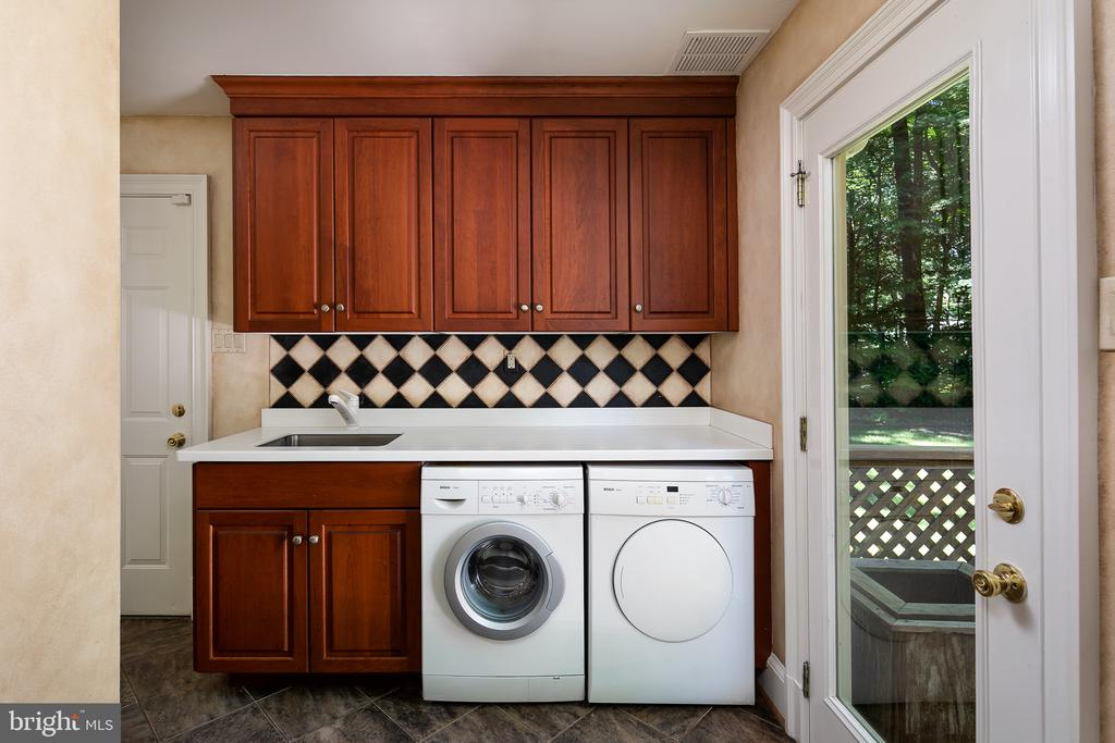 Mud Rm / Laundry Rm w-Deck & Garage Access off Kit - 10616 CANTERBERRY RD, FAIRFAX STATION