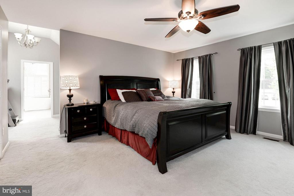 Master Bedroom with refreshing natural light - 7 CRISSWELL CT, STERLING