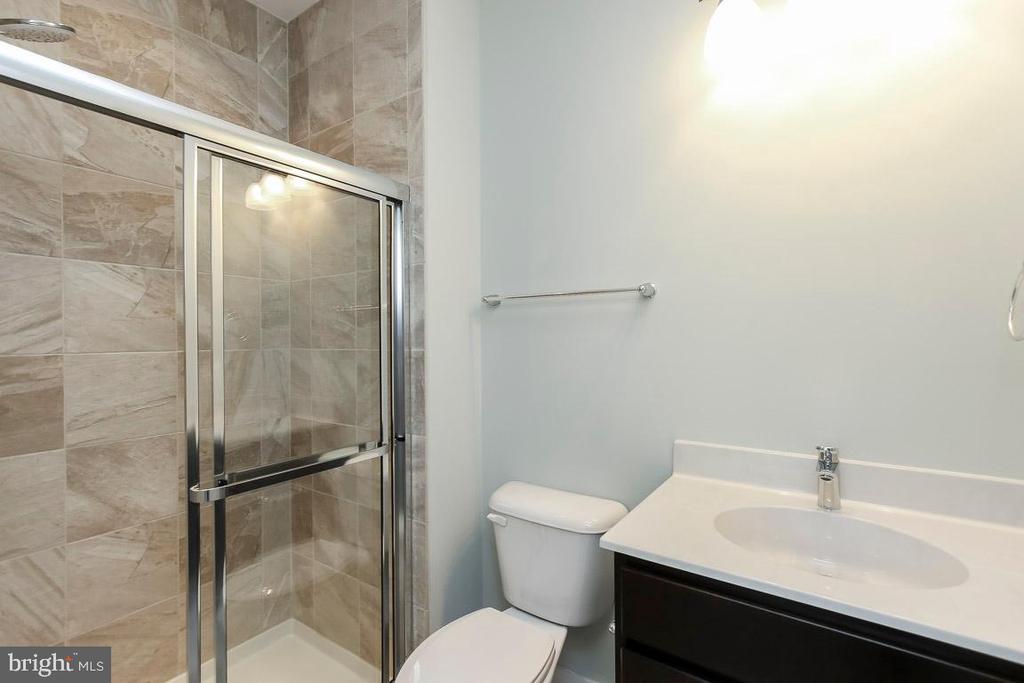 Full bath in Main level Guest Room - 6851 E SHAVANO, NEW MARKET