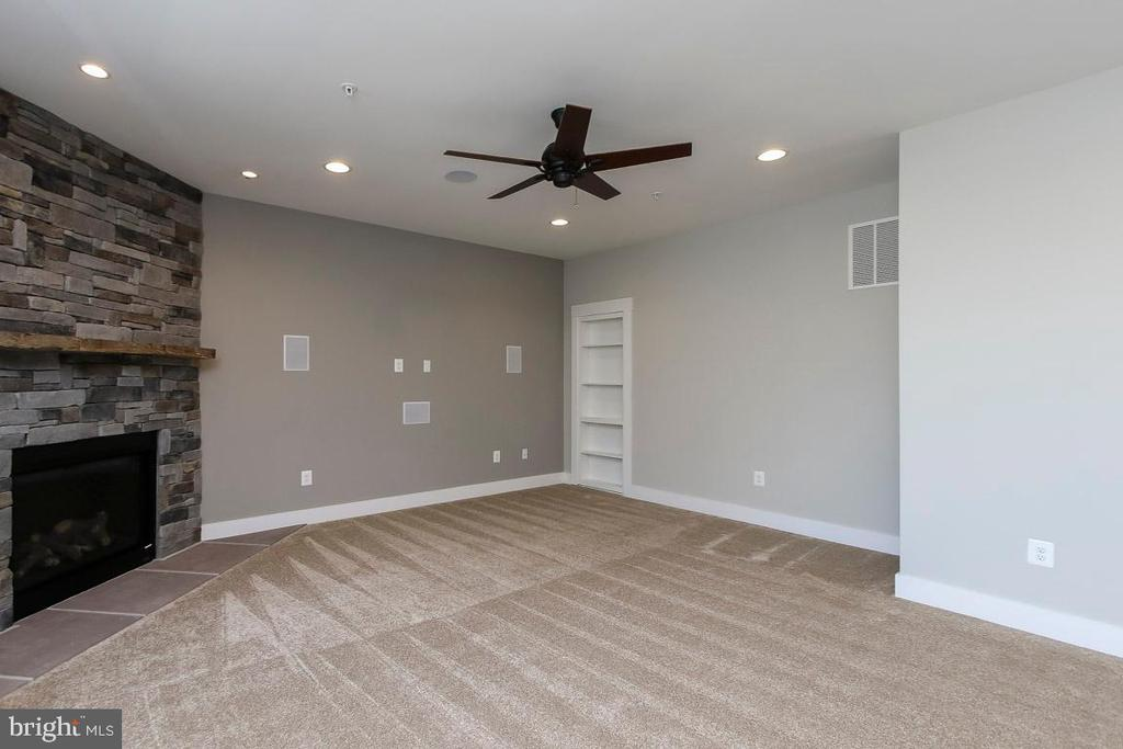 Family room with Gas fireplace - Hardwood included - 6851 E SHAVANO, NEW MARKET