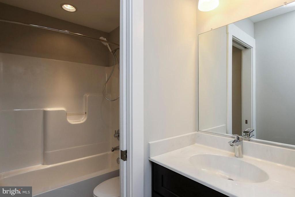 Hall bath w tub & toilet separate from sinks - 6851 E SHAVANO, NEW MARKET