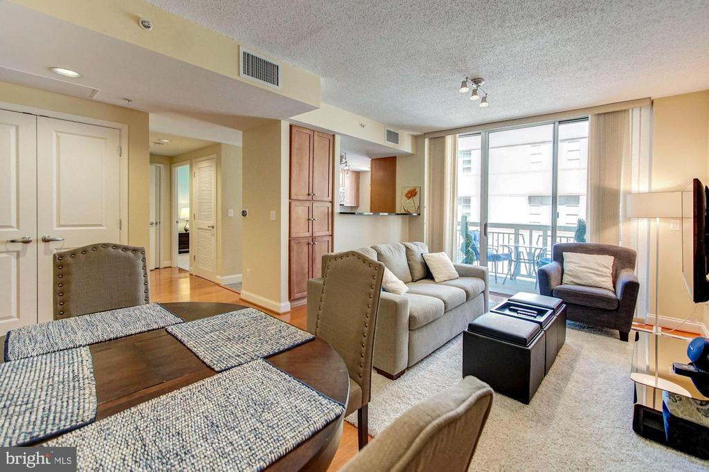 Large living space! - 1020 N HIGHLAND ST #413, ARLINGTON