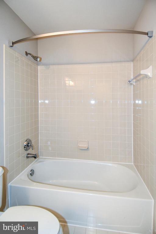 Upper Hall Bath- View 3 - 11872 BENTON LAKE RD, BRISTOW