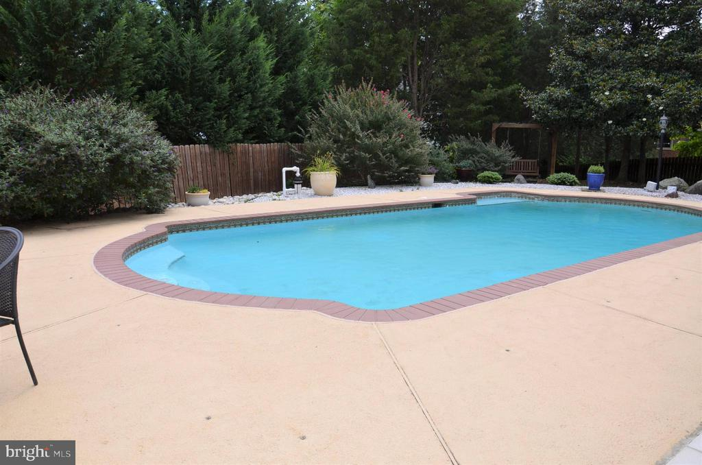 Enjoy your own private pool - 5827 WESSEX LN, ALEXANDRIA