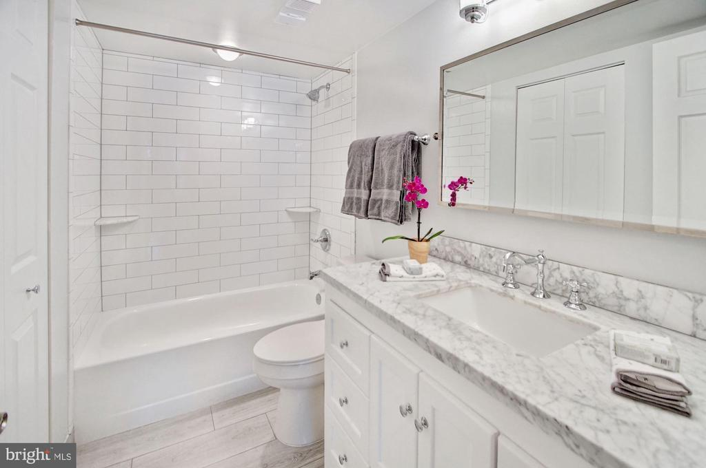 Guest bathroom with upgraded counter-top, vanity - 2100 LEE HWY #241, ARLINGTON