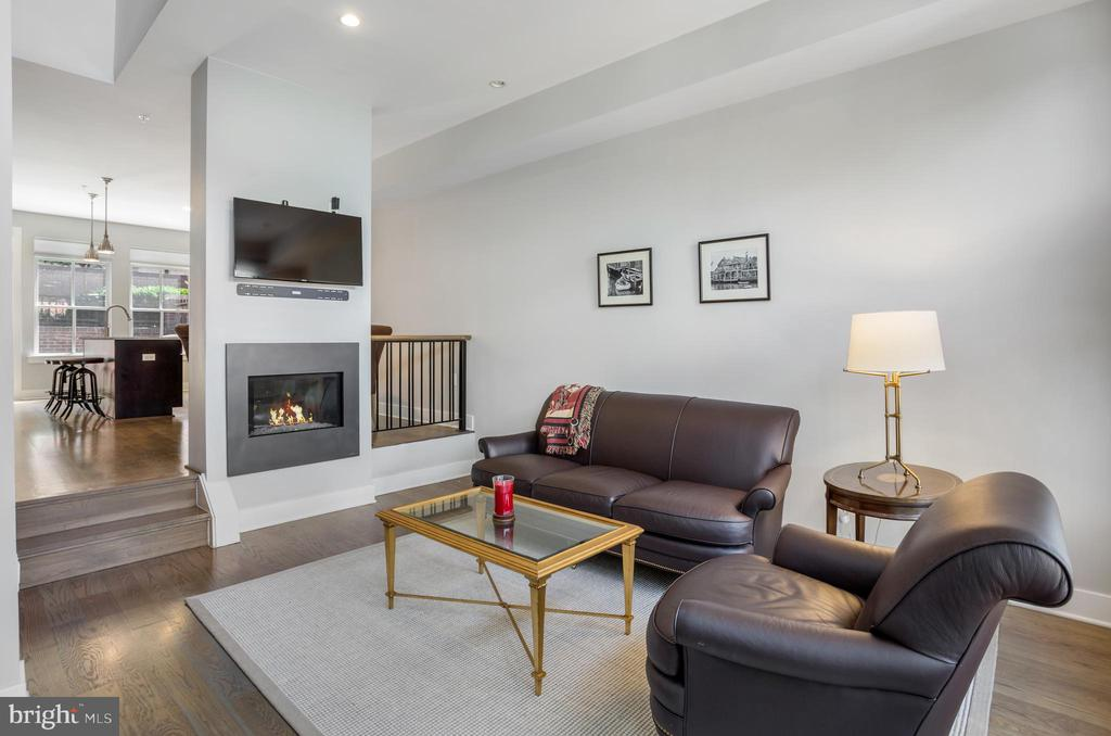 Living room w/ high ceilings & fireplace - 314 THIRD ST, ALEXANDRIA