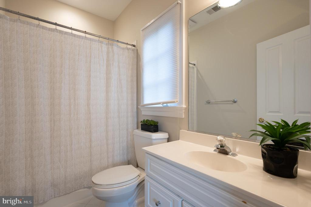 Full Bathroom for 2nd Bedroom - 3601 SURREY DR, ALEXANDRIA