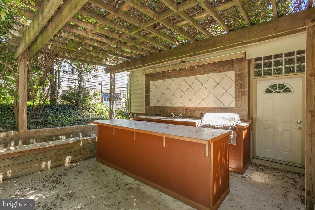 Outdoor Kitchen & Bar - 1906 GREAT FALLS ST, MCLEAN