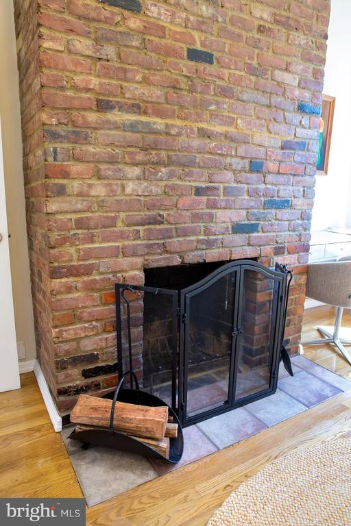 Front Bedroom Fireplace - 726 6TH ST NE, WASHINGTON