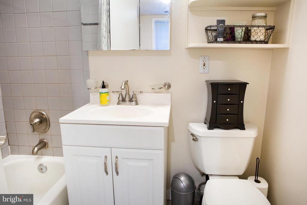 Lower Unit Full Bath East - 726 6TH ST NE, WASHINGTON