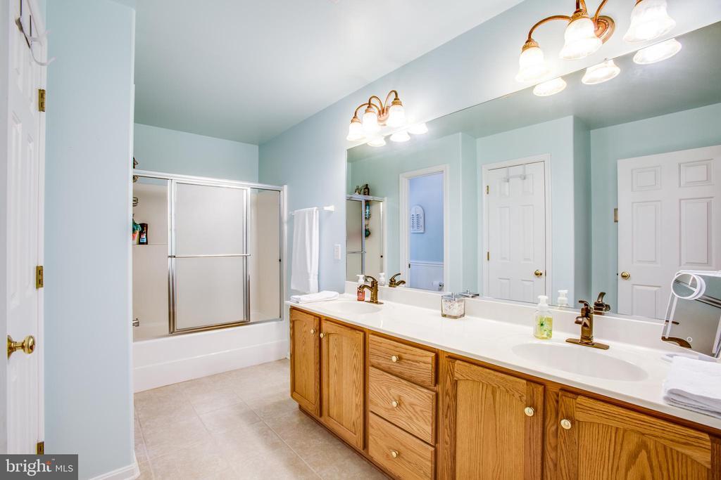 Spacious hall bathroom with WC & double vanity - 9101 SNOWY EGRET CT, SPOTSYLVANIA
