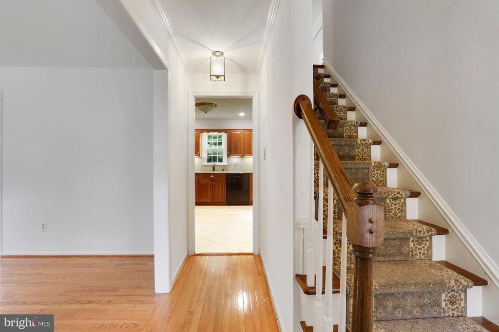 foyer with hardwood floors - 5038 DEQUINCEY DR, FAIRFAX