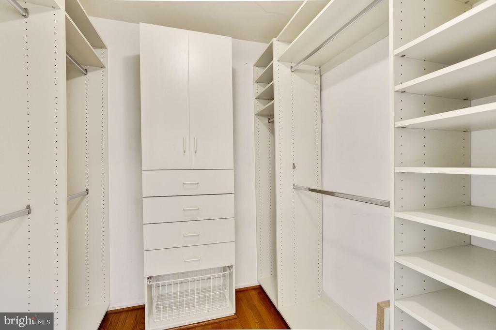 Custom walk-in closet - 5038 DEQUINCEY DR, FAIRFAX