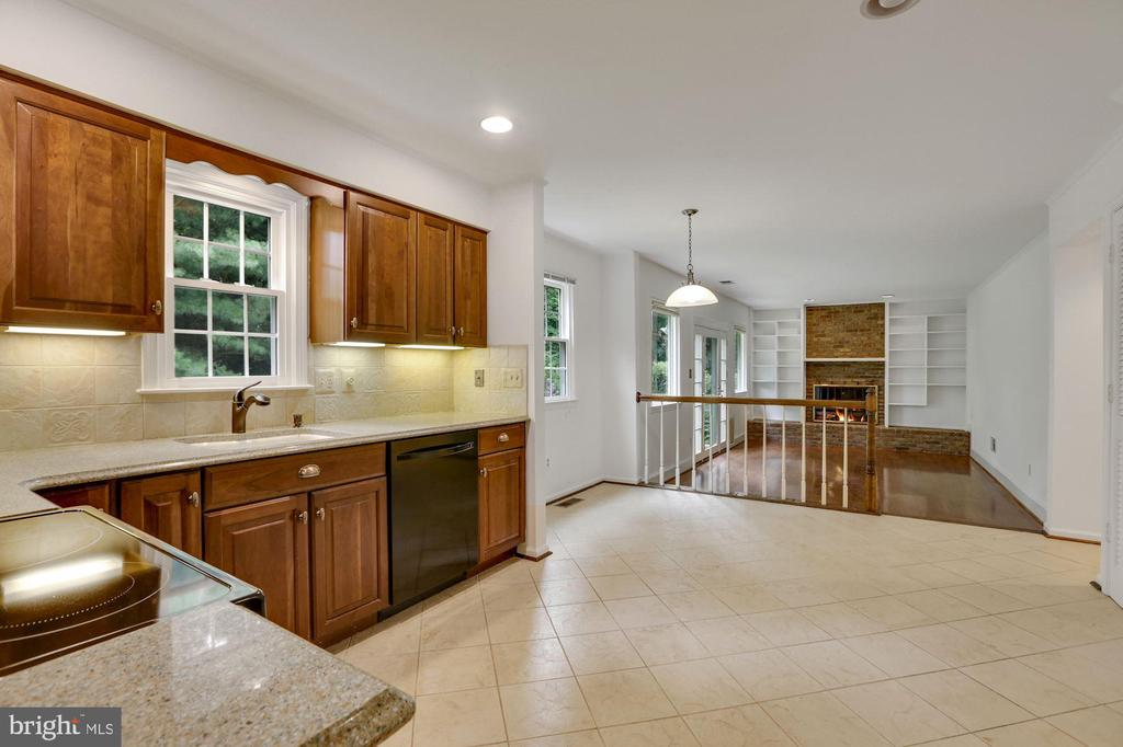 Kitchen and Eating area - 5038 DEQUINCEY DR, FAIRFAX