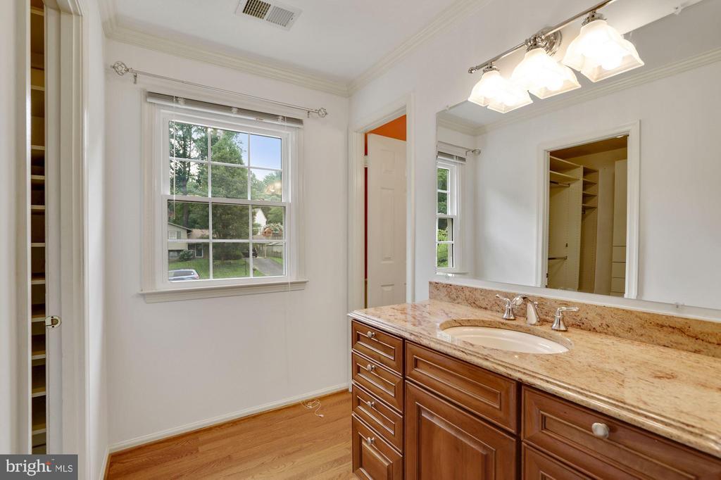Master Bedroom extra sink and vanity - 5038 DEQUINCEY DR, FAIRFAX