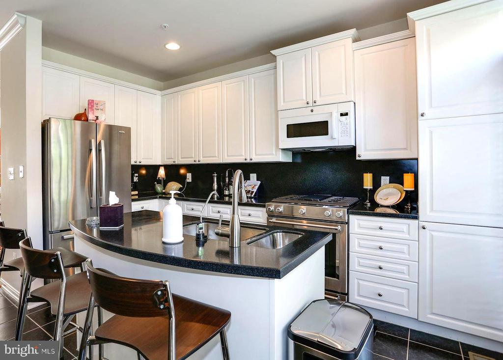 Kitchen-New Gas Stove  with Self Cleaning Oven - 12197 CHANCERY STATION CIR, RESTON
