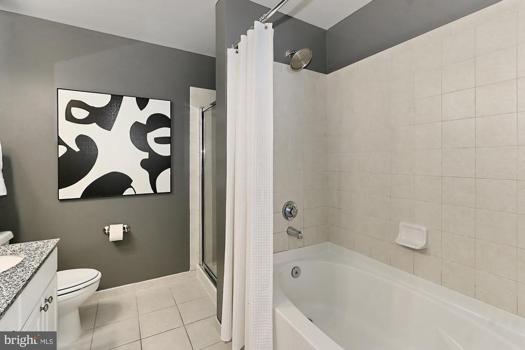Separate tub and shower - 3650 S GLEBE RD #238, ARLINGTON