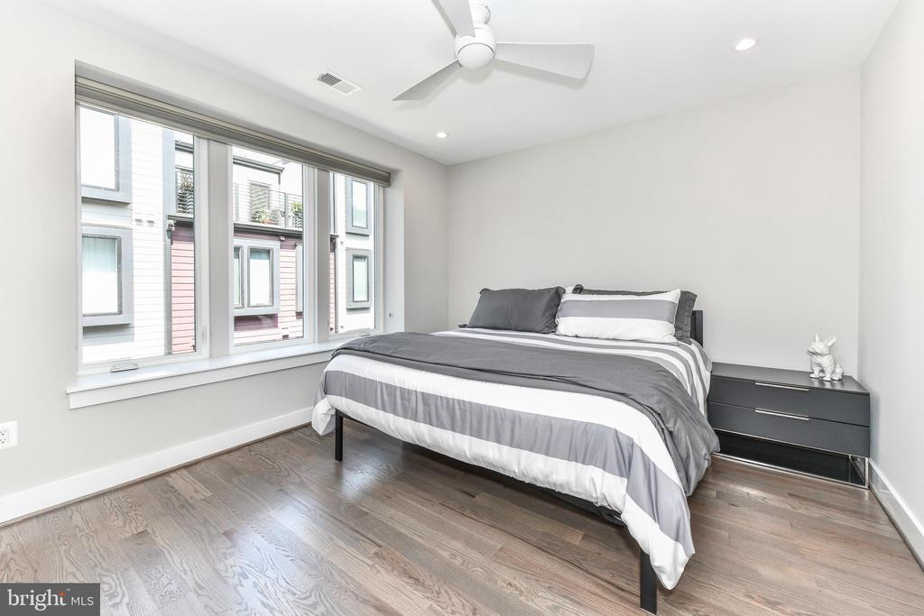 Large bedroom with private bath - 603 SLADE CT, ALEXANDRIA
