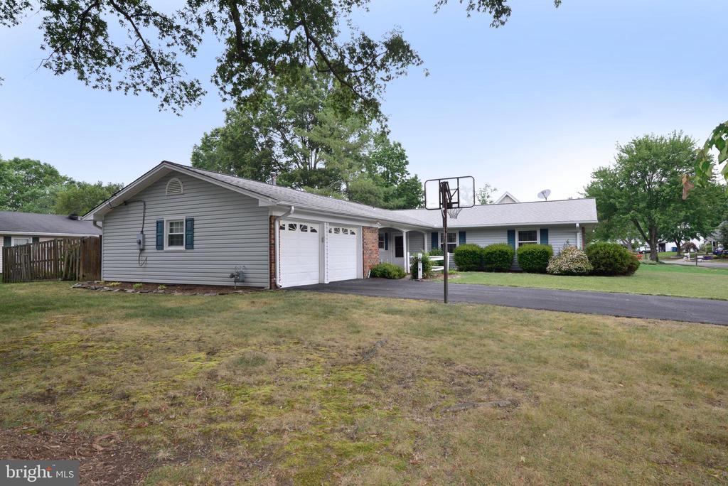 Side yard - 4224 MAYLOCK LN, FAIRFAX