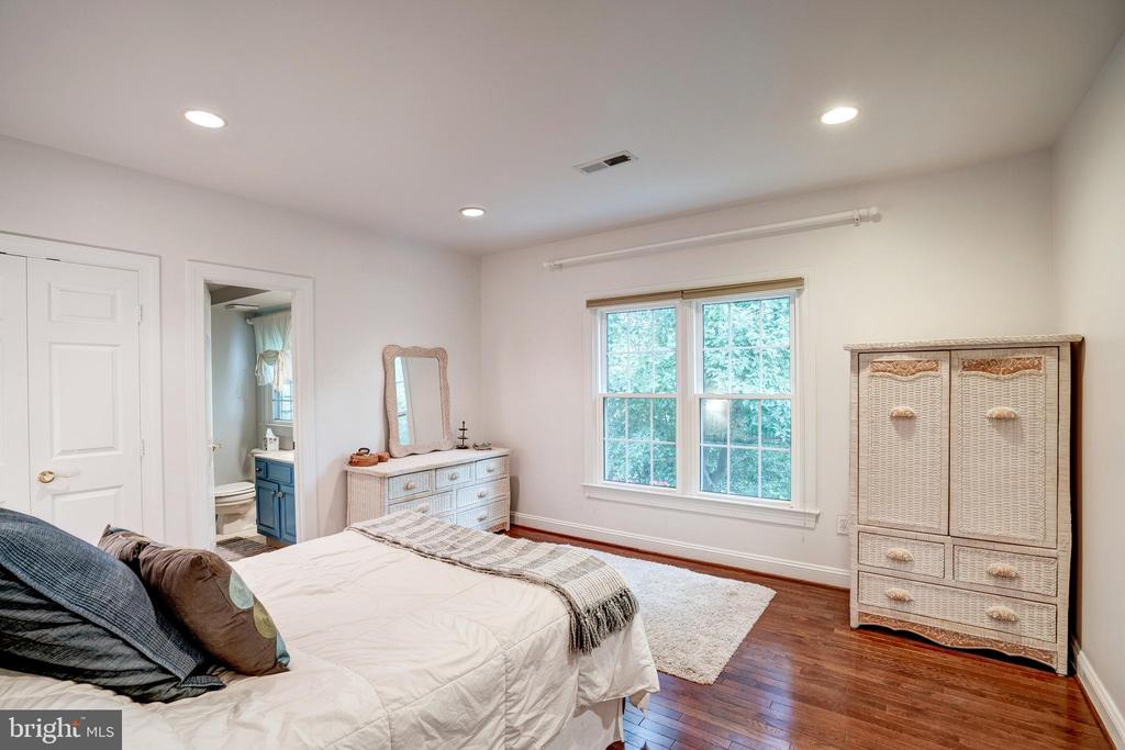 Bedroom 3 with private full bath - 9318 LUDGATE DR, ALEXANDRIA