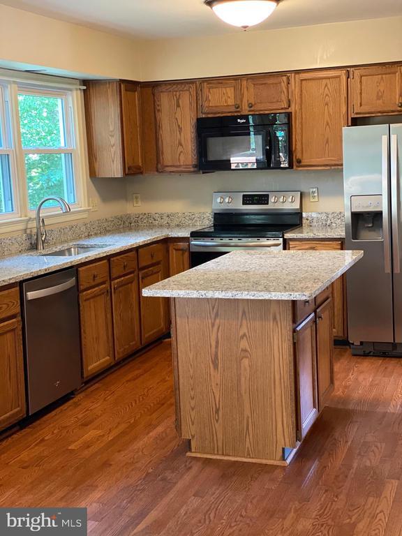 New granite in Kitchen! - 15138 HOLLEYSIDE DR, DUMFRIES
