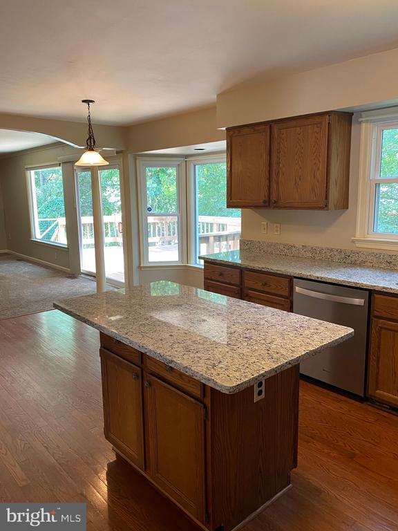 Large open kitchen w island and open to family rm! - 15138 HOLLEYSIDE DR, DUMFRIES