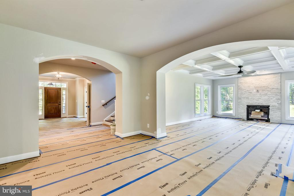 More arches lead to the front door and family room - 9524 LEEMAY ST, VIENNA