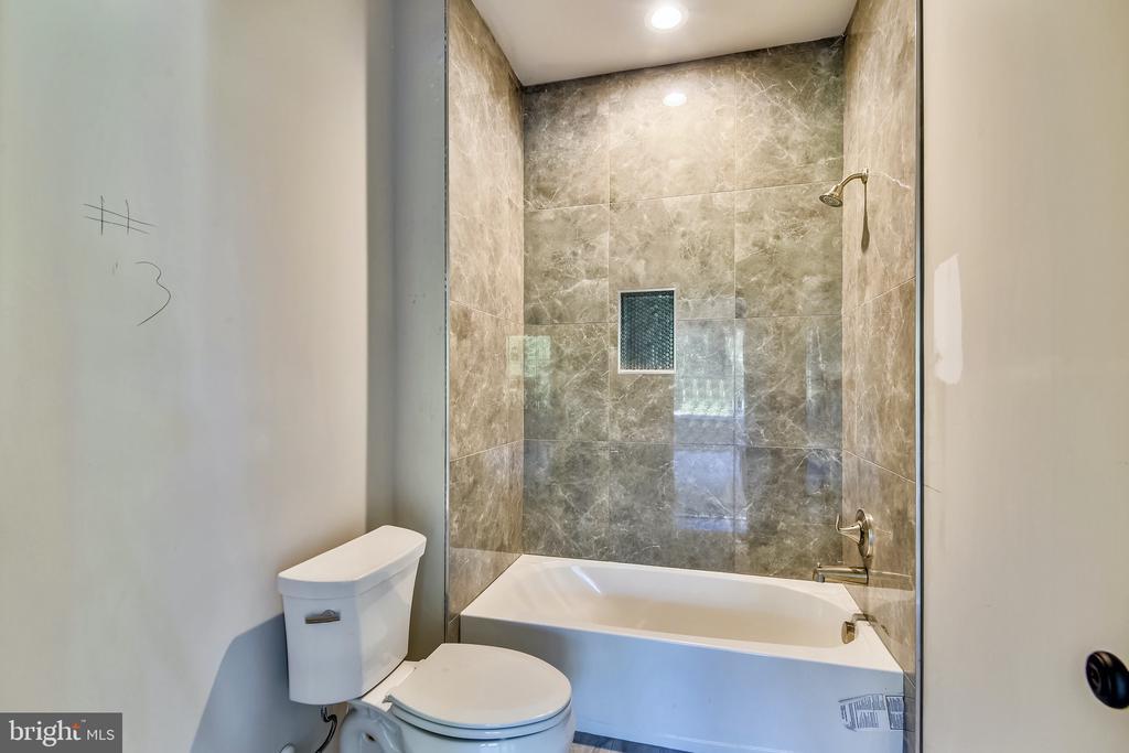 Upstairs ensuite bath - 9524 LEEMAY ST, VIENNA