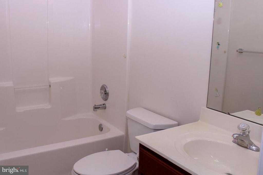 upper level full bath - 3220 LACROSSE CT, DUNKIRK