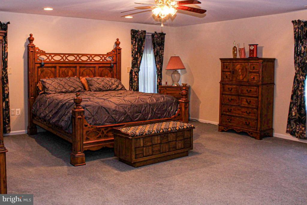 owners suite - 3220 LACROSSE CT, DUNKIRK