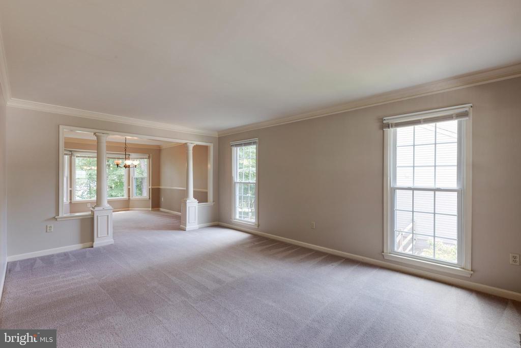 Large light filled living room! - 15138 HOLLEYSIDE DR, DUMFRIES