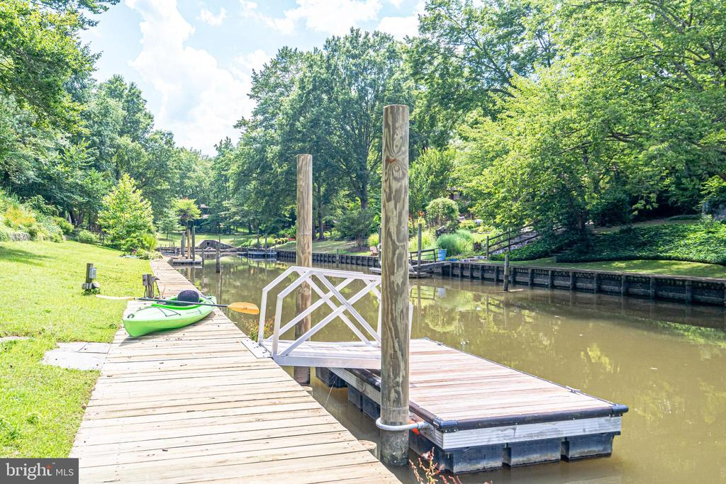 IPE dock with water and electricity - 3004 CUNNINGHAM DR, ALEXANDRIA