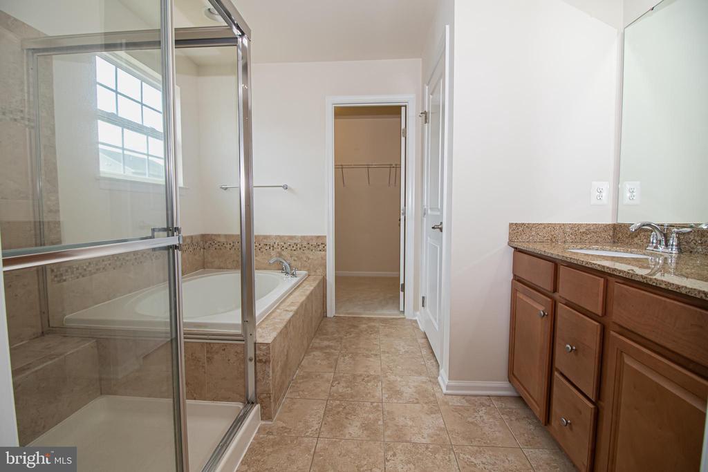 Master Bathroom Separate Tub & Shower - 31 RUNYON DR, STAFFORD
