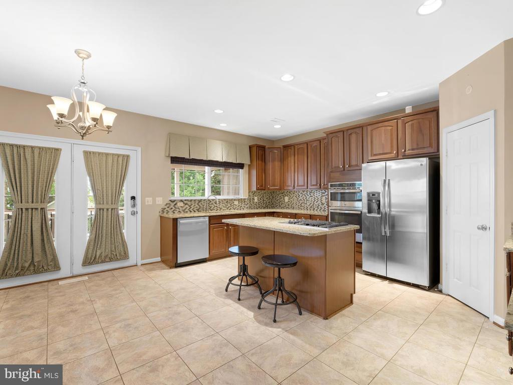 large eat in Kitchen, doors to screened porch - 358 SUGARLAND MEADOW DR, HERNDON
