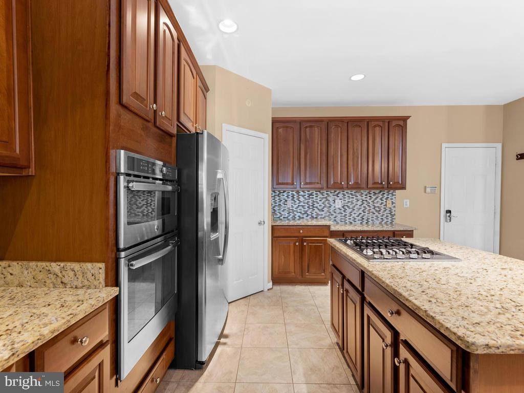 Built in microwave, side by side refrigerator - 358 SUGARLAND MEADOW DR, HERNDON