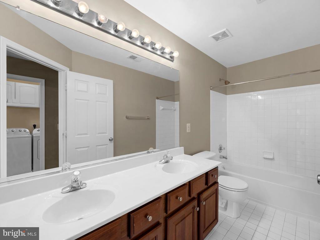 2nd bath, tile, double sink, large soaking tub - 358 SUGARLAND MEADOW DR, HERNDON