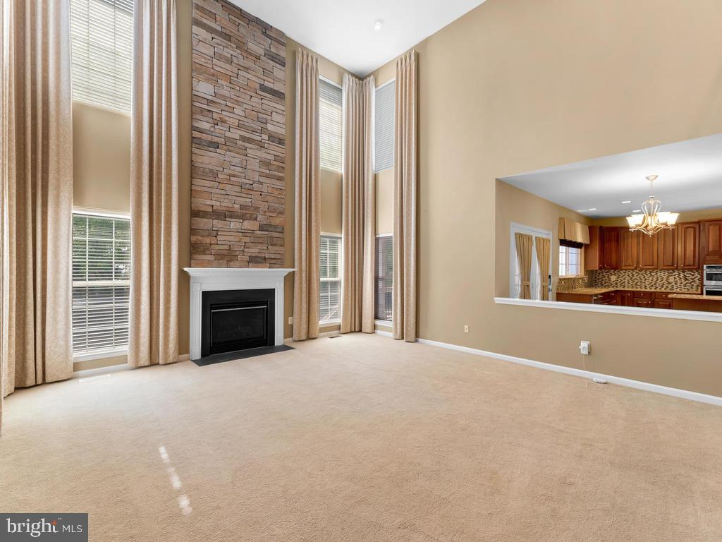 Open floor plan, family room open to kitchen - 358 SUGARLAND MEADOW DR, HERNDON