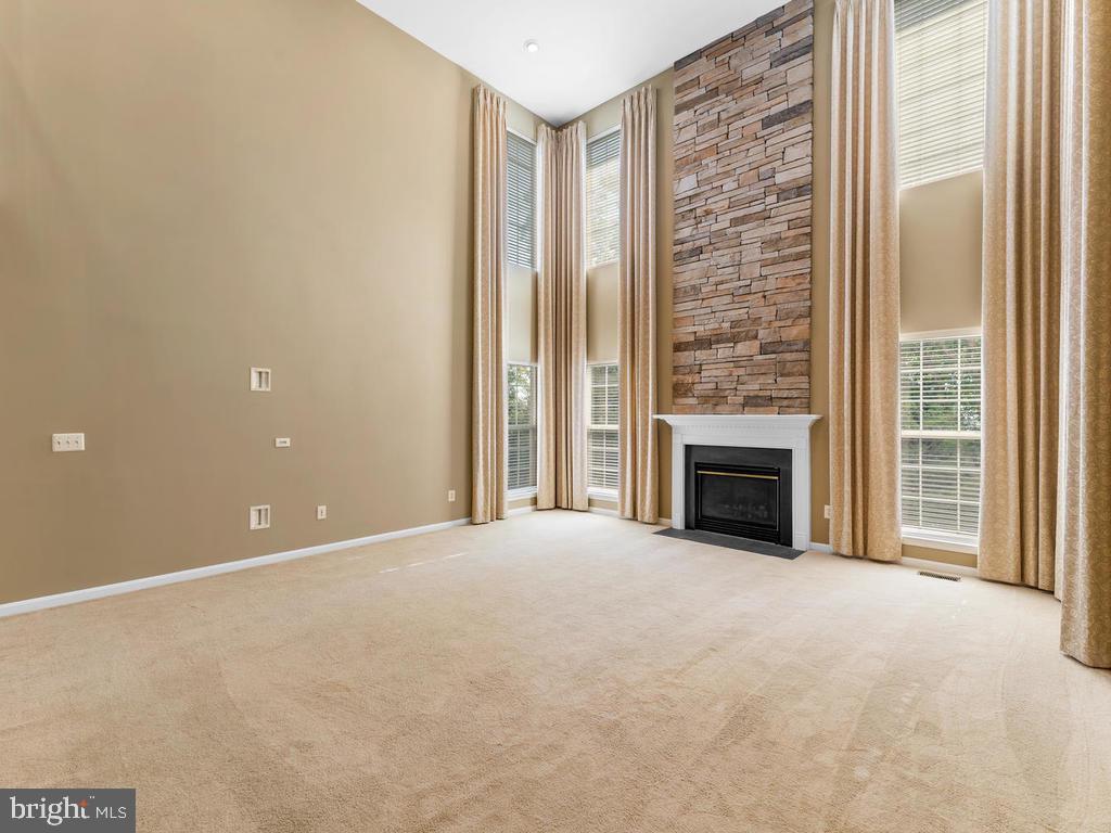 Carpet, custom drapes, color - light sage - 358 SUGARLAND MEADOW DR, HERNDON