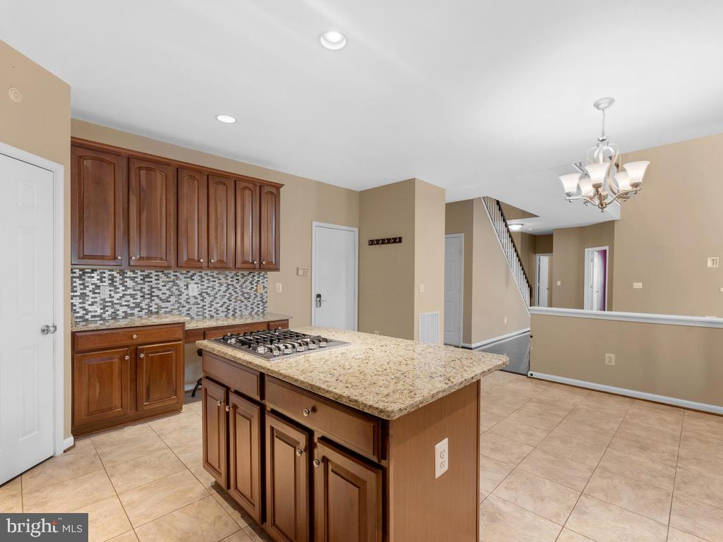 Central isle cooktop, desk area, add'l cabinets - 358 SUGARLAND MEADOW DR, HERNDON