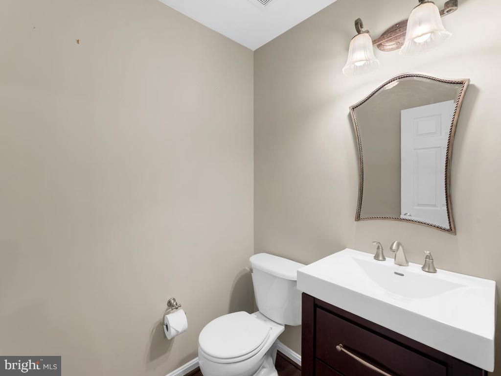 1/2 bath in foyer, green paint, light fern color - 358 SUGARLAND MEADOW DR, HERNDON
