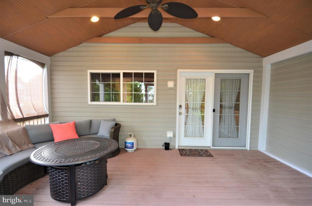 Large screened porch off of Kitchen - 358 SUGARLAND MEADOW DR, HERNDON