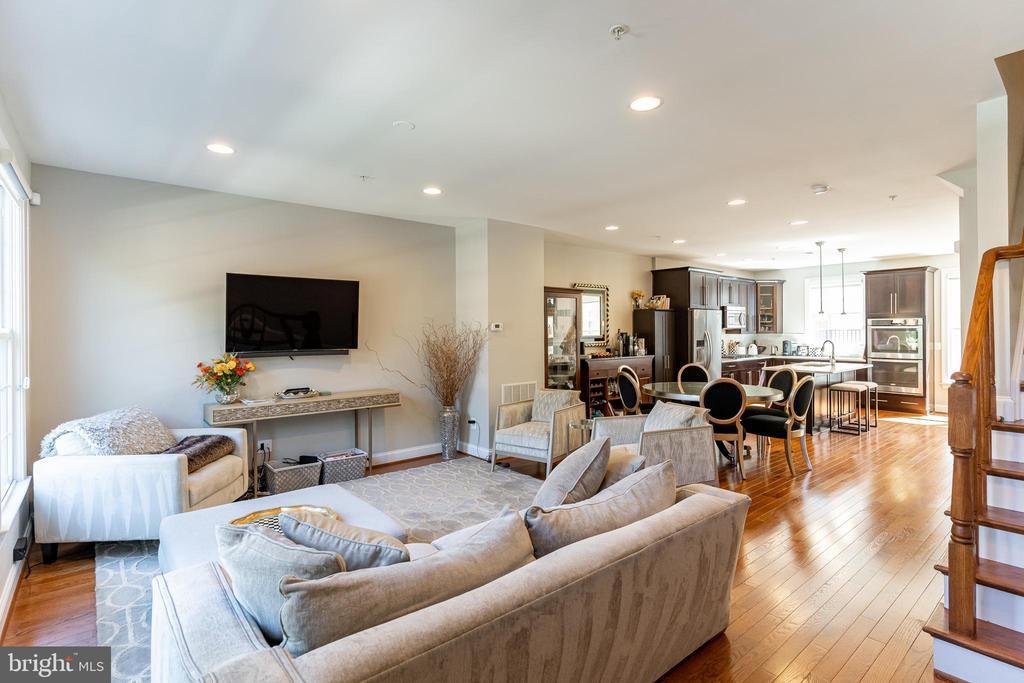 Hardwood floors throughout main living space - 1011 N KENSINGTON ST, ARLINGTON