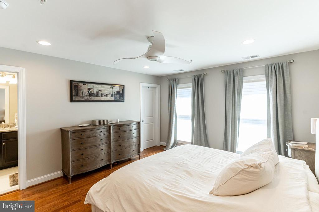 Sun drenched Master Bedroom - 1011 N KENSINGTON ST, ARLINGTON