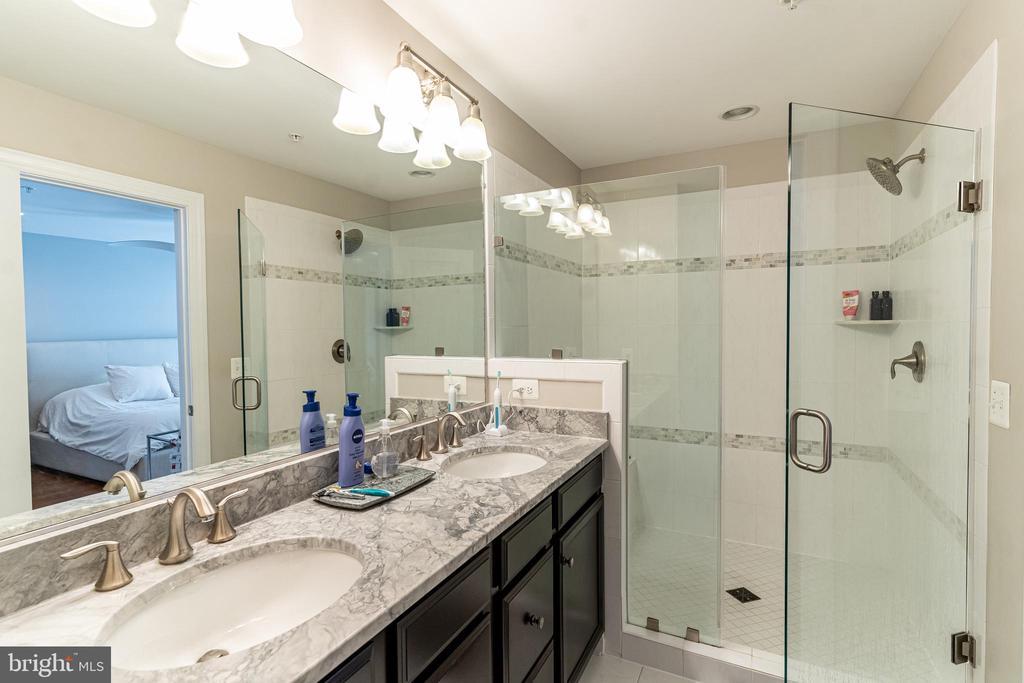 Master bath, double vanity, walk in shower - 1011 N KENSINGTON ST, ARLINGTON