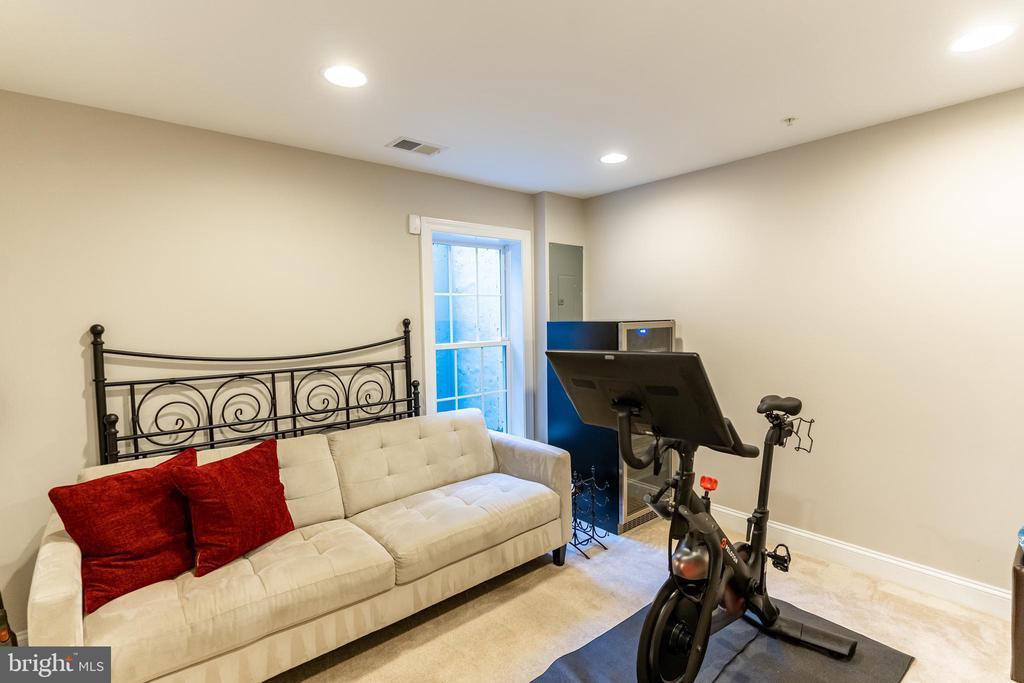 Downstairs bedroom with full bath - 1011 N KENSINGTON ST, ARLINGTON