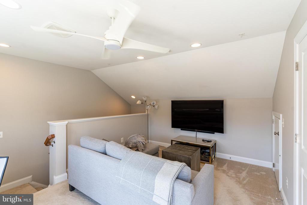 Upstairs loft - 1011 N KENSINGTON ST, ARLINGTON
