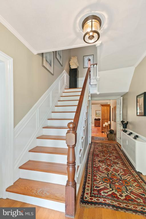 Center Hall - 230 MASONS LN SE, LEESBURG