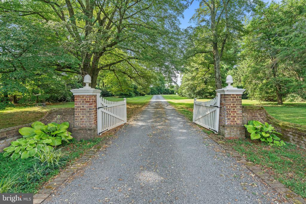 Gates a the Front Entry - 230 MASONS LN SE, LEESBURG