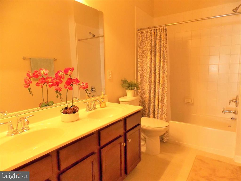 Bathroom #3 on upper level - 44315 STABLEFORD SQ, ASHBURN