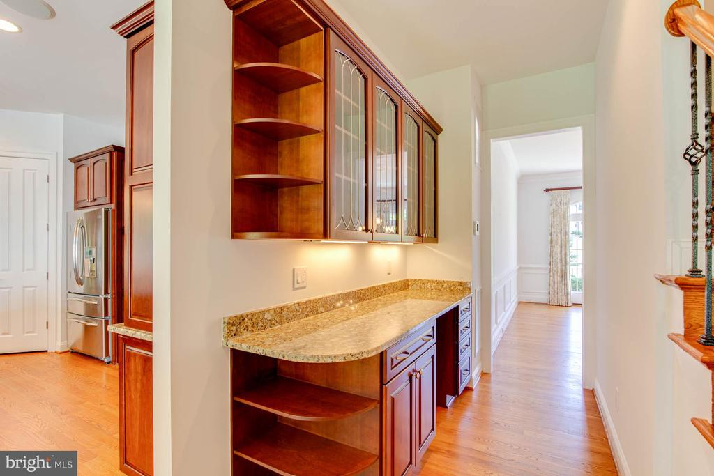 Butler Pantry Between Kitchen and Dining - 9600 THISTLE RIDGE LN, VIENNA
